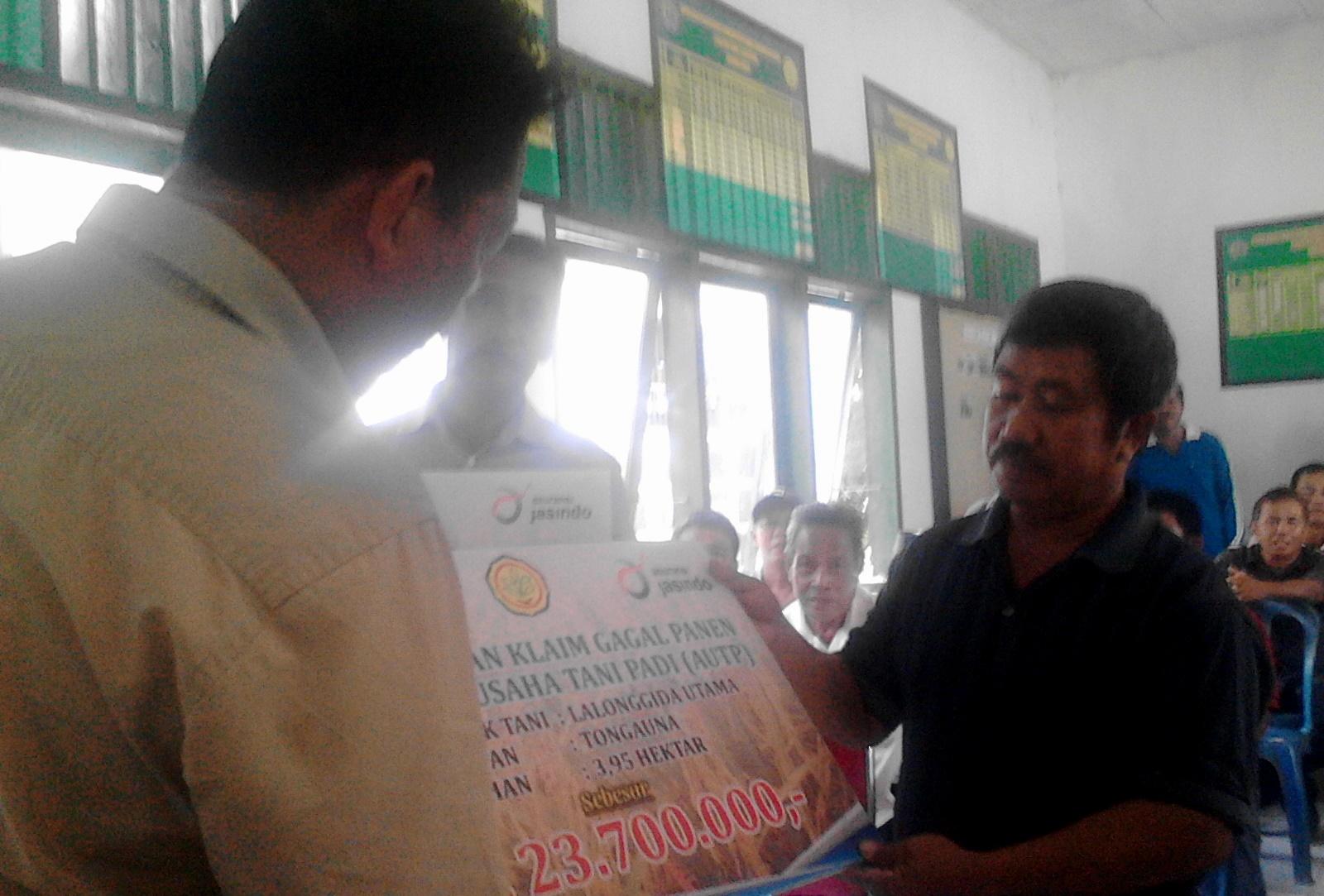 Kepala Dinas Ketahanan Pangan Kabupaten Konawe, Muh. Akbar, saat menyerahkan secara simbolis Dana Klaim Asuransi