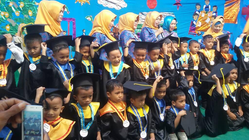 Anak didik TK Pembina saat acara wisuda sekaligus penyematan bintang prestasi.