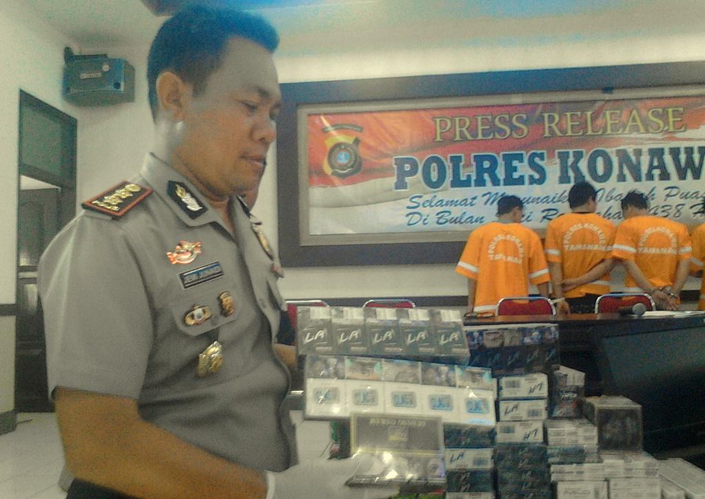 Kapolres Konawe saat menunjukkan barang bukti pencurian di toko