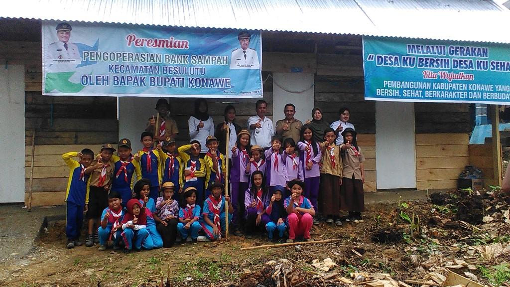 Bersama anak pramuka Kecamatan Besulutu di bank sampah