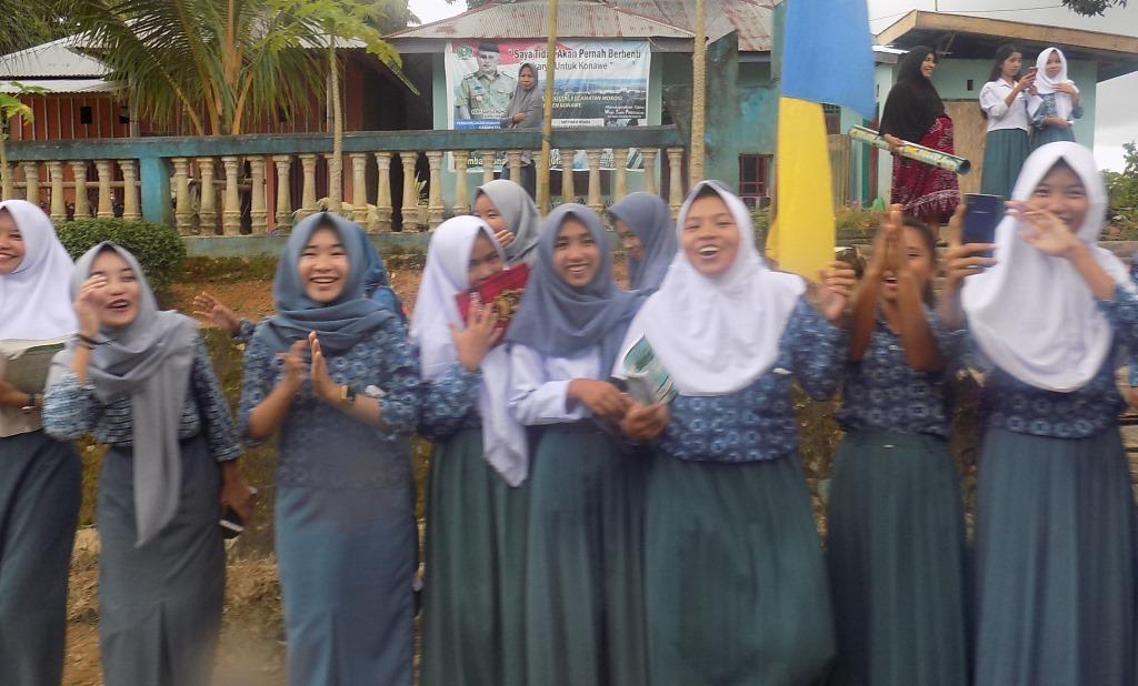 Sejumlah pelajar yang turut menyambut iring-iringan Piala Adipura