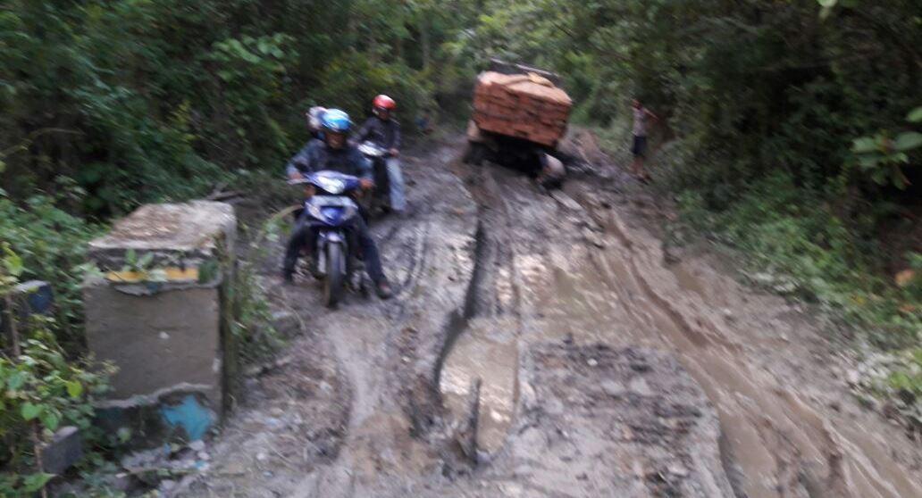 Kondisi jalan di Kecamatan Latoma yang kondisinya masih rusak. Pemandangan ini masih terdapat di banyak titik sepanjang perjalanan menuju ibu kota Latoma, Waworaha