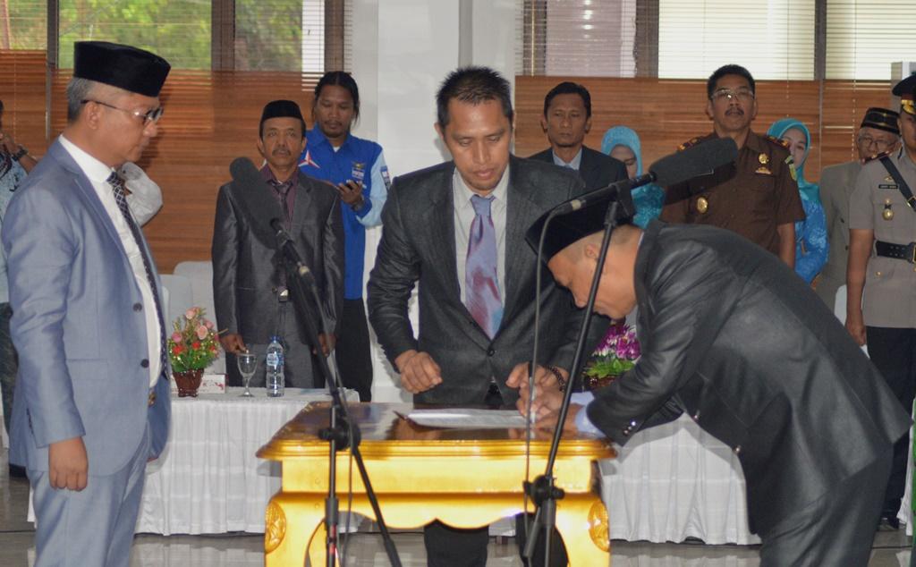 Muh Akhrul saat menandatangani dokumen sebagai anggota DPRD Kabupaten Konawe