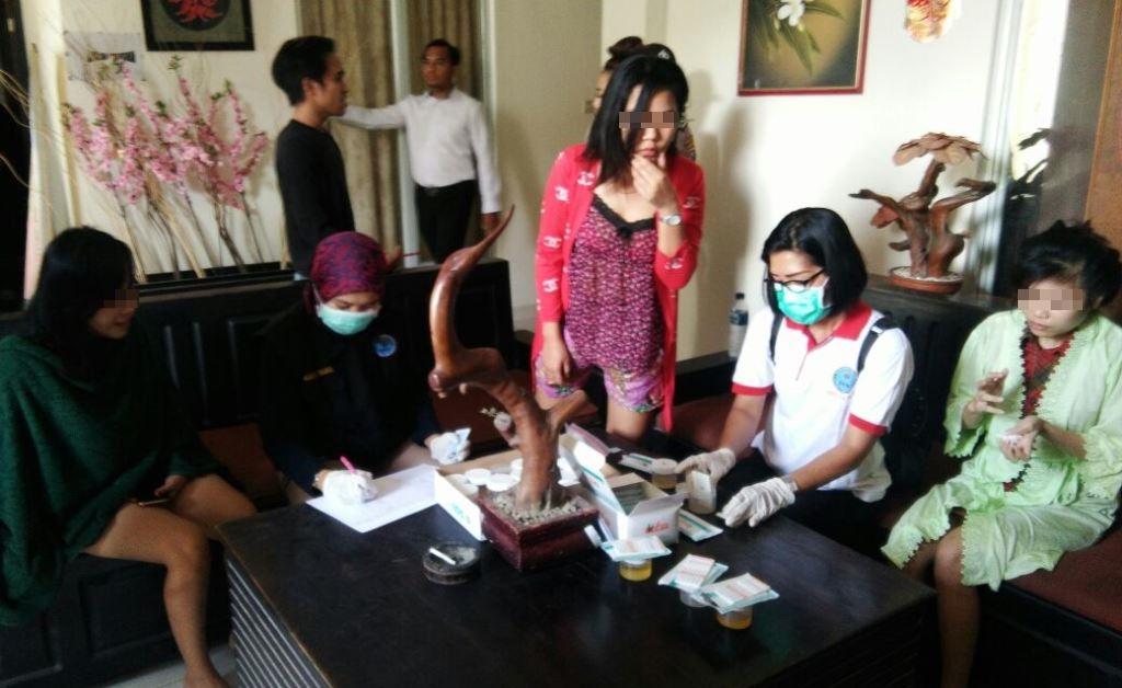 Sejumlah wanita usai dilakukan pemeriksaan oleh tim dari BNNP Sultra. (Foto Eko)