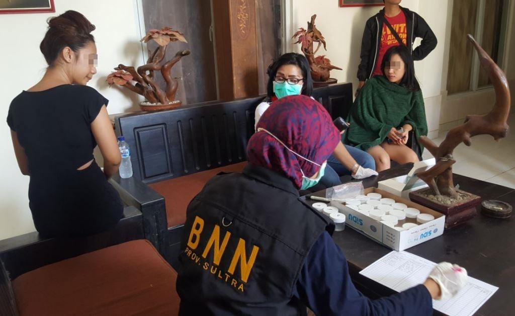 Tim BBNP Sultra saat menggelar pemeriksaan sejumlah warga penghuni kos-kosan di Kota Kendari. (Foto Eko)
