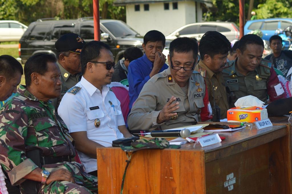 Wakil Bupati Konawe, Parinringi saat memimpin rapat kordinasi penanganan korban bencana pada simulasi banjir Konawe.