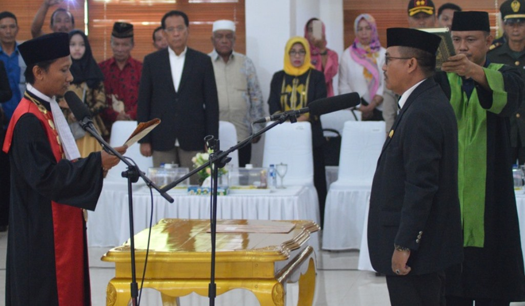 Pengambilan Sumpah Ketua DPRD Konawe yang baru, H. Ardin oleh Kepala Pengadilan Negeri Konawe, Hasanuddin di Aula Kantor DPRD Konawe