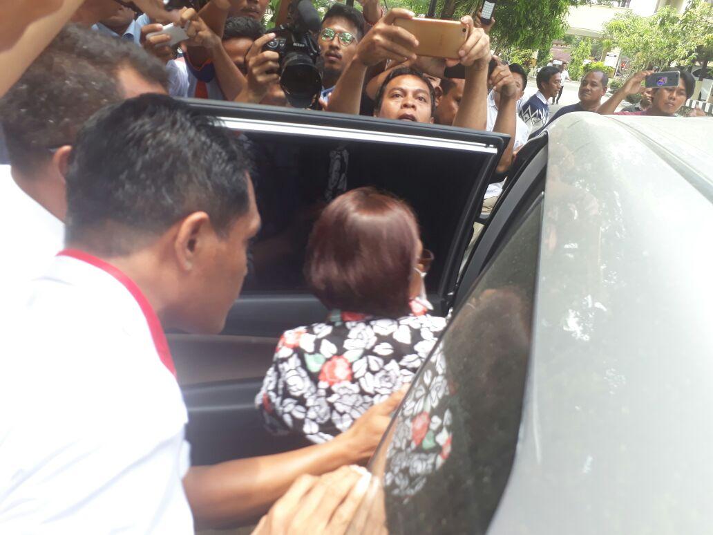 Mantan Kepala BPKAD Kota Kendari, Fatmawati Faqih saat digiring masuk dalam mobil usai pemeriksaan oleh penyidik KPK.