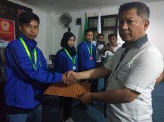 Wakil Bupati Konawe, Gusli Topan Sabara saat menyerahkan secara simbolis bonus atlet peraih medali pada Porprov Sultra XIII di Kabupaten Kolaka Tahun 2018 lalu.