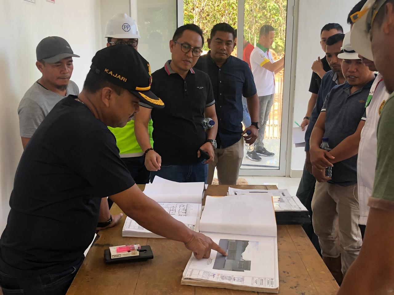 Kepala Kejaksaan Negeri (Kajari) Konawe, Jaja Raharja, S.H., M.H. melakukan kunjungan kerja untuk meninjau pembangunan baru gedung Puskesmas Kecamatan Soropia dan Lalonggasumeeto