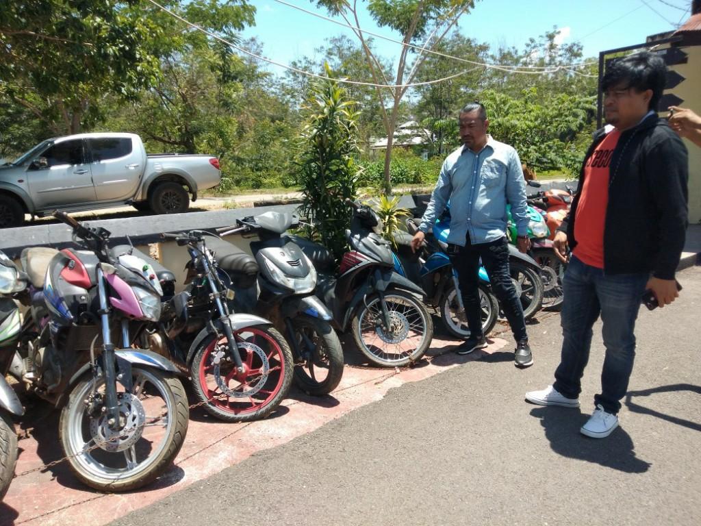 BARANG BUKTI - Belasan kendaraan bermotor roda dua yang diamankan Polres Konawe atas tindak pidana pencurian sebagai barang bukti.
