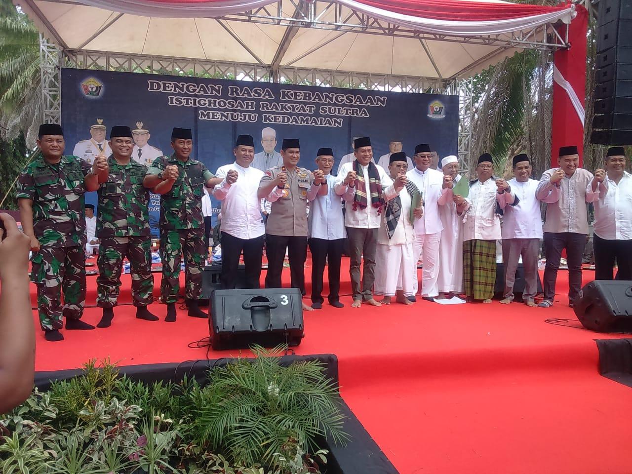 ISTIGASAH KEBANGSAAN - Foto bersama usai deklarasi damai dan kondusif mendukung pelantikan Presiden dan Wakil Presiden terpilih, Ir. H. Joko Widodo dan K.H. Ma'ruf Amin pada 2 Oktober 2019 besok di depan kantor DPRD Provinsi Sultra.