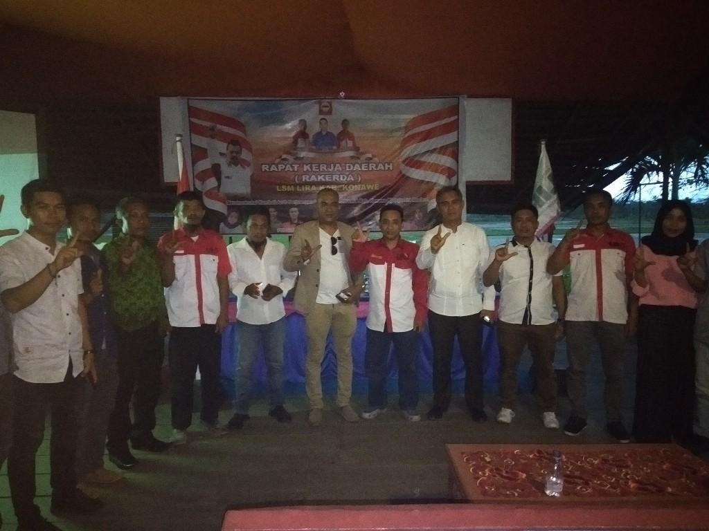 Foto bersama pascarakerda LSM LIRA Konawe oleh para pengurus LSM LIRA.
