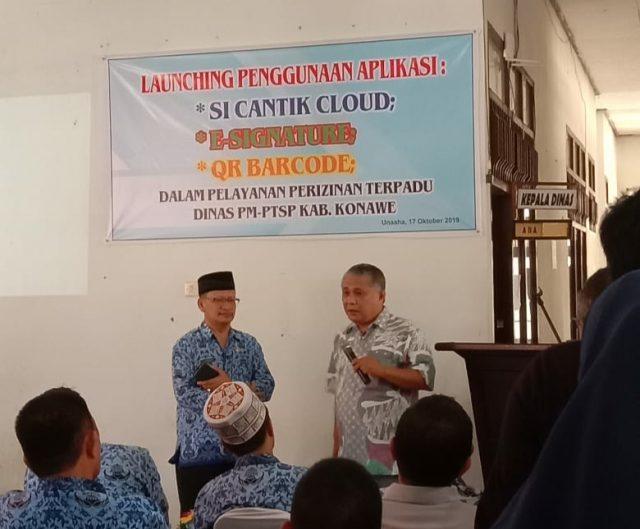 SiCANTIK CLOUD - Bupati Konawe, Kery Saiful Konggoasa (kanan) saat meresmikan peluncuran dan penggunaan aplikasi SiCANTIK Cloud guna mempermudah pengurusan izin usaha di wilayah Konawe didampingi, Kepala PM-PTSP Konawe, Burhan.