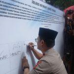 Kapolda Sultra Brigjen Pol Merdisyam menandatangani deklarasi damai.