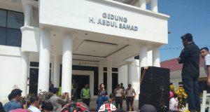 UNJUK RASA - Demo Barisan Rakyak Konawe di depan Kantor DPRD Konawe menuntut pembangunan jembatan Latoma yang hanyut pascabanjir. Mereka turut meminta, Pemda Konawe mengungkap penyebab banjir di hulu.