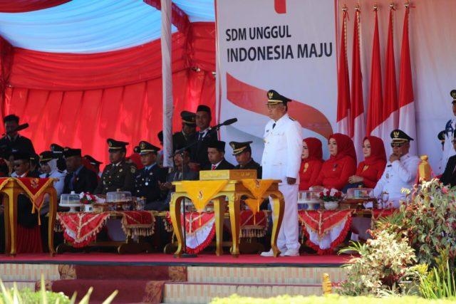 HUT KE-74 RI - Bupati Konawe, Kery Saiful Konggoasa saat meminpin upacara pengibaran bendera pada perayaan HUT ke-74 Republik Indonesia.