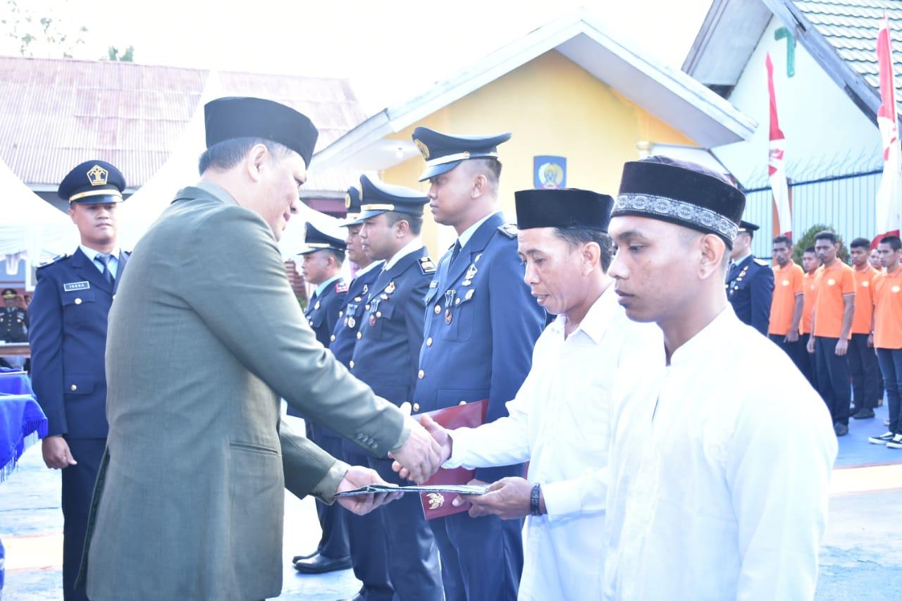 Sekretaris Daerah Konawe. Ferdinanad saat menyerahkan remisi kepada Napi Rutan kelas IIb Unaaha, Sabtu (17/8).