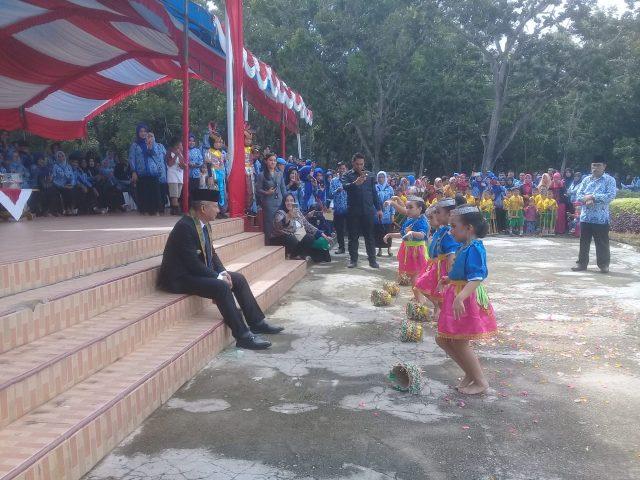 Wakil Bupati Konawe, Gusli Topan Sabara saat menyaksikan dari dekat tari mekako yang dipersembahkan oleh TK Putri Irigasi Tuoi, di pelataran Lapangan Apel Kantor Bupati Konawe, Kamis, (2/5/2019).