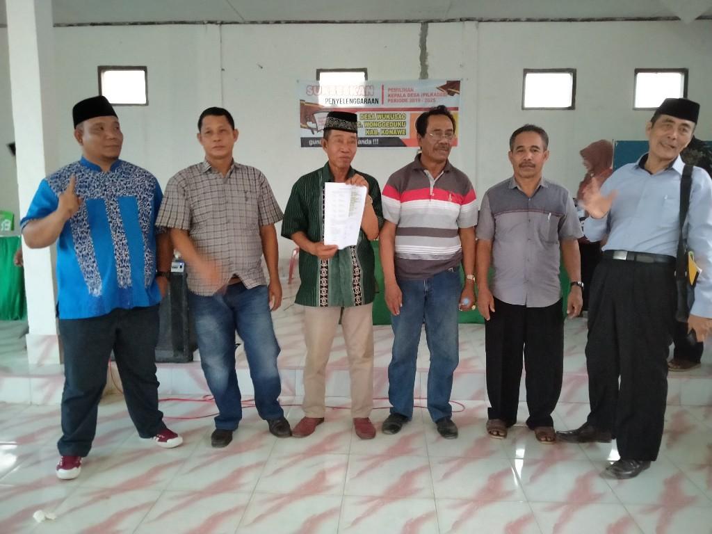 PILKADES WUKUSAO - Para Calon Kepala Desa Wukusao saat foto bersama usai penandatanganan pakta integritas siap menang dan siap kalah.