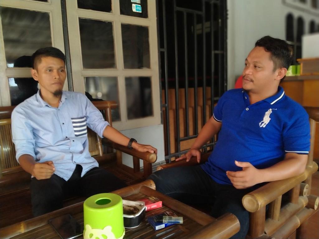 PILKADES - Ketua Gerakan Pemuda (Garda) Kery Saiful Konggoasa (KSK), Buyung Firmansyah (kiri) bersama Dewan Pendiri Cogitans Research Institute, Ahmad Mubarak ditemui di salah satu cafe di Kota Unaaha.