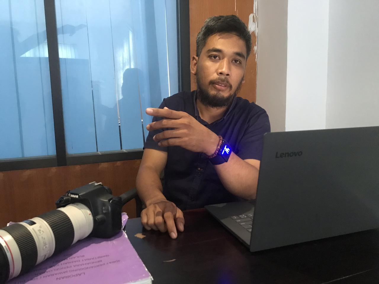 Manajer Askab PSSI Konawe, Aljan Indraprasta ditemui di ruang kerjanya.
