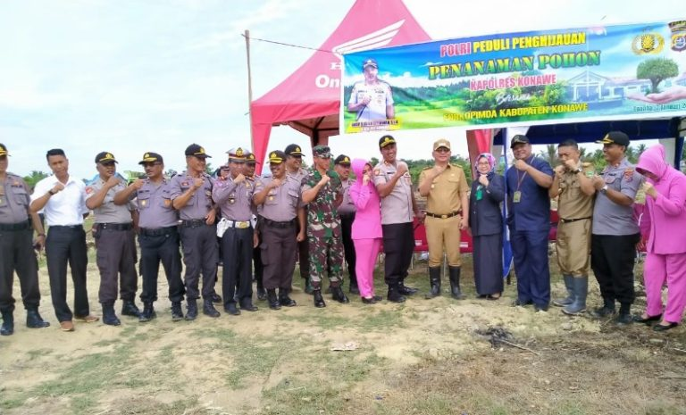Foto bersama Kapolres Konawe, Wakil Bupati Konawe, Ketua PN Unaaha, Perwakilan Kodim 1417 Kendari, dan Personel Polres Konawe serta Ibu Bhayangkari Cabang Konawe.