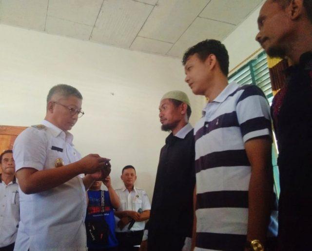 Penyerahan kartu asuransi kepada pembudidaya ikan penerima manfaat oleh Wakil Bupati Konawe, Gusli Topan Sabara di Kantor DKP Konawe.