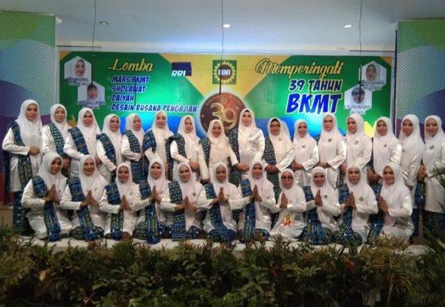 Pengurus BKMT Konawe foto bersama pada penutupan Milad ke-39 BKMT tingkat provinsi Sulawesi Tenggara. Milad dirangkaikan degan lomba-lomba islami, dan BKMT Konawe meraih empat juara di lomba ini.