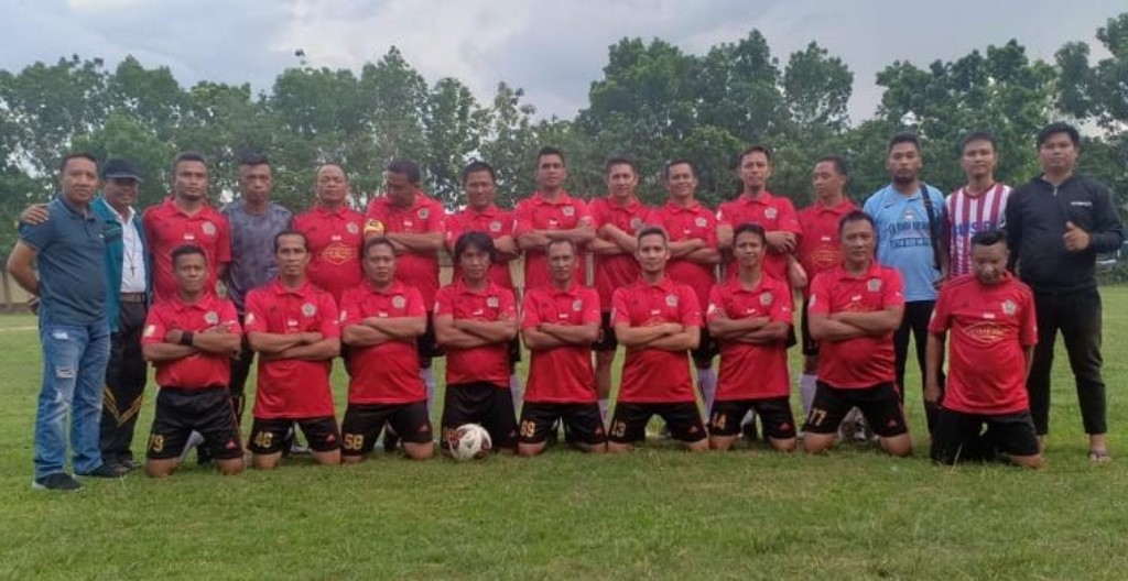 PSSI KONAWE, - Kesebelasan tim Askab PSSI Konawe bersama pelatih dan official tim jelang pertandingan melawan tim Bhayangkara A Polda Sultra di lapangan Mapolda Sultra.