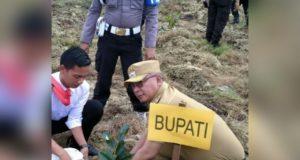 Wakil Bupati Konawe, Gusli Topan saat melakukan penanam pohon dalam acara penghijauan lingkungan yang dilaksanakan Polres Konawe. Areal penanaman dilakukan di lahan persiapan asrama Polres Konawe.