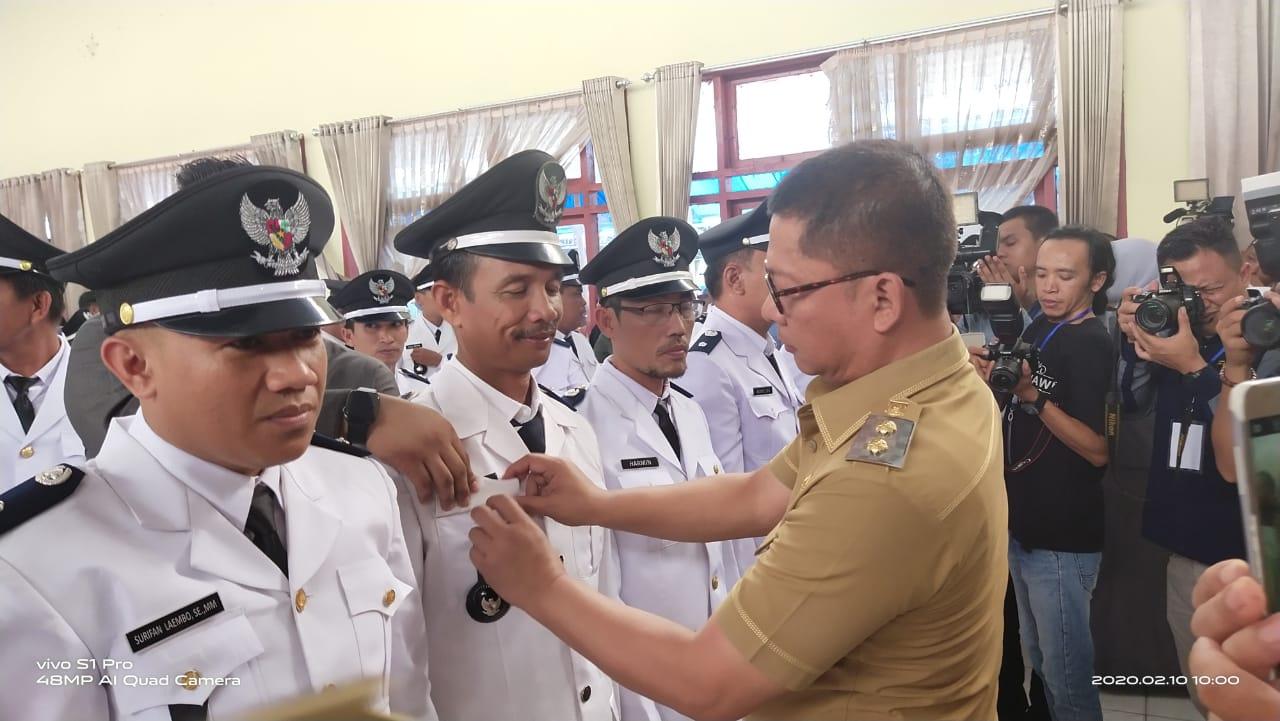 Pemasangan PIN oleh Wakil Bupati Konawe, Gusli Topan Sabara kepada kepala desa terpilih.