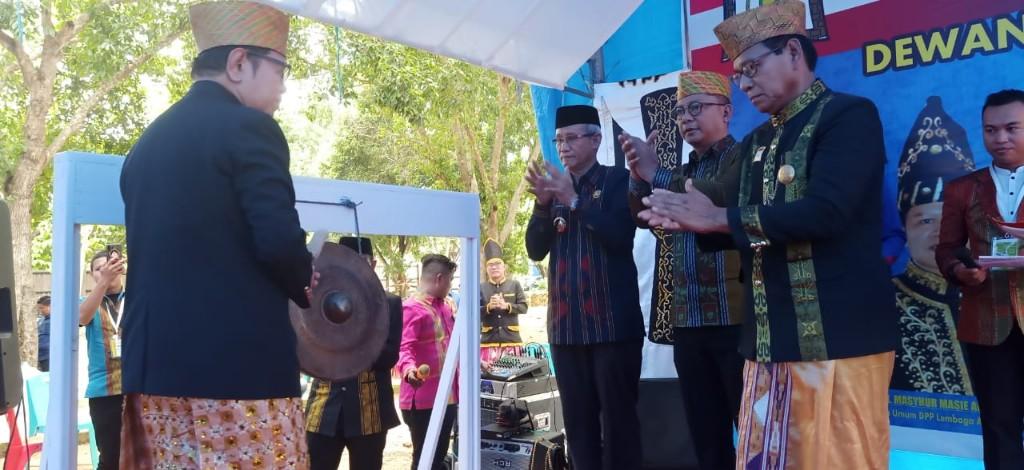 Pemukulan gong secara bersama-sama oleh Ketua Dewan Pengurus Pusat Lembaga Adat Tolaki (LAT) Mashyur Masie Abunawas, didampingi Wakil Gubernur Sultra H. Lukman Abunawas, dan Wakil Bupati Konawe Gusli Topan Sabara.
