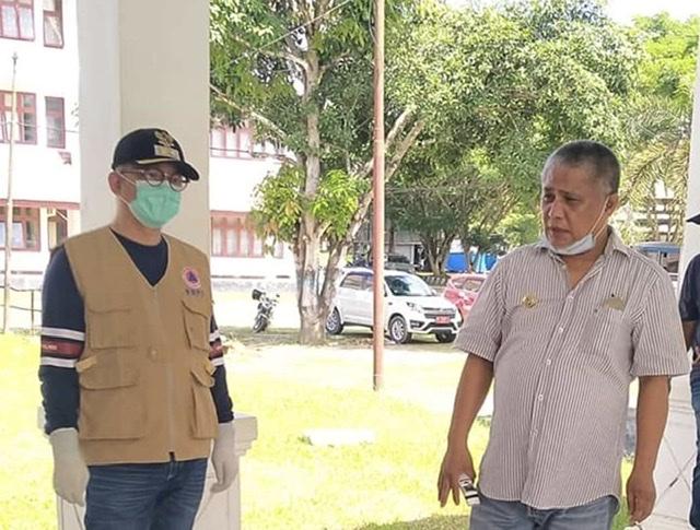 Bupati Konawe, Kery Saiful Konggoasa (kanan) dan Wakil Bupati Konawe, Gusli Topan Sabara (kiri) usai memimpin rapat bersama pimpinan Organisasi Perangkat Daerah (OPD) di lingkup Pemda Konawe dalam antisipasi penyebaran virus corona di Kabupaten Konawe.
