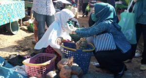 Titin Nurbaya Saranani saat membagikan masker kepada salah satu pedagang.