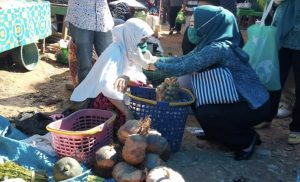 Titin Nurbaya Saranani Berbagi Seribu Masker di Sampara
