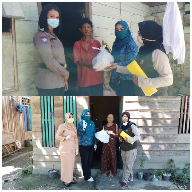 Ketua dan Wakil Ketua TP PKK Kabupaten Konawe, Titin Nurbaya Saranani (atas) dan Cici Ita Ristianty (bawah) saat menyerahkan bantuan paket sembako di dua tempat berbeda.