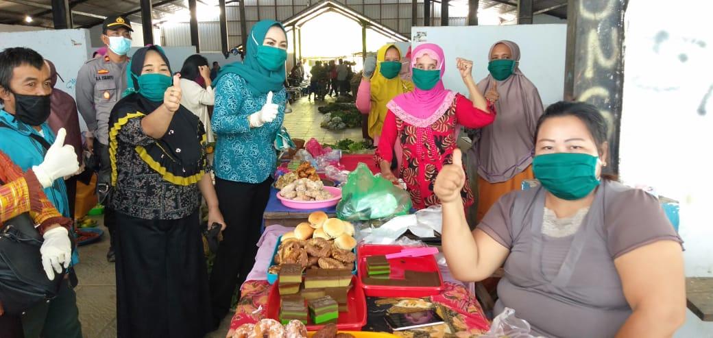 Titin Nurbaya Saranani saat membagikan masker kepada salah pedagang di pasar Sampara.