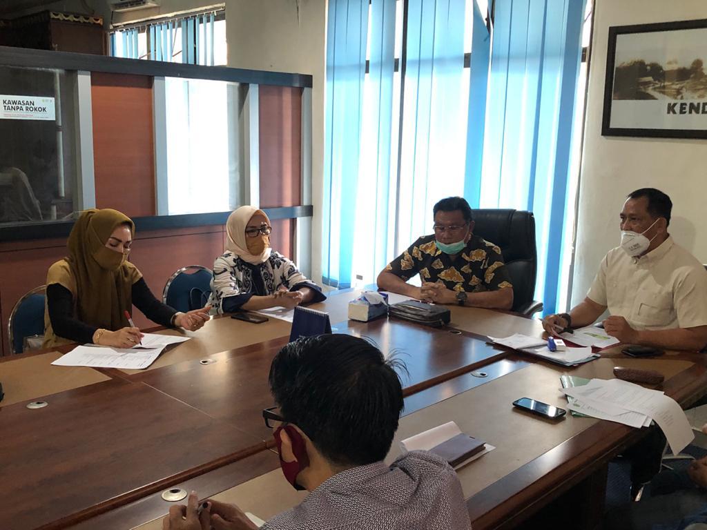 Anggota DPRD Provinsi Sultra Dapil VI Konawe Raya saat menggelar rapat bersama Sekda Konawe, Ferdinand di ruang kerjanya, Jum'at (8/5/2020)