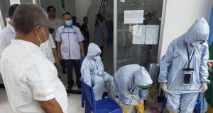 Bupati Konawe Kery Saiful Konggoasa saat mengecek kesiapan Perawat untuk menjemput Pasien konfirmasi positif di Konawe, Rabu (13/5/2020).