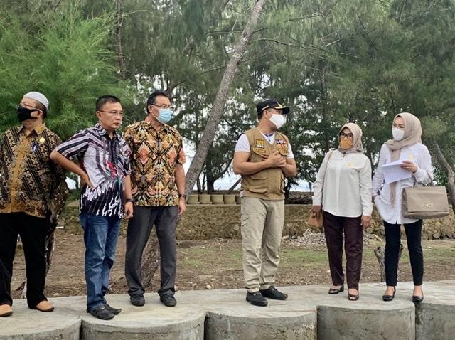 Kunjungan enam anggota DPRD Sultra Dapil Konawe Raya yang tergabung dalam Tim Peninjau Lapangan LKPJ Gubernur Sultra Tahun 2019 di pantai Tanjung Taipa Kabupaten Konawe Utara.
