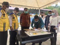 Penanda Tanganan Serah Terima Pengelolaan IPLT dari Balai Prasarana Permukiman Wilayah Sulawesi Tenggara kepada Kepala Dinas Pekerjaan Umum dan Tata Ruang Kabupaten Konawe, Ir. Muh. Syahrullah bersama Sekda Konawe, Dr. Ferdinand dirangkaikan Penandatanganan Prasasti.