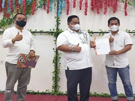 Calon Ketua Umum KADIN Sultra, Anton Timbang (tengah) saat menerima surat dukungan pencalonan dari KADIN Konawe. Penyerahan berlangsung saat acara silaturahmi Ketua KADIN kota/kabupaten, di Kota Kendari Minggu malam (3/1/2021).