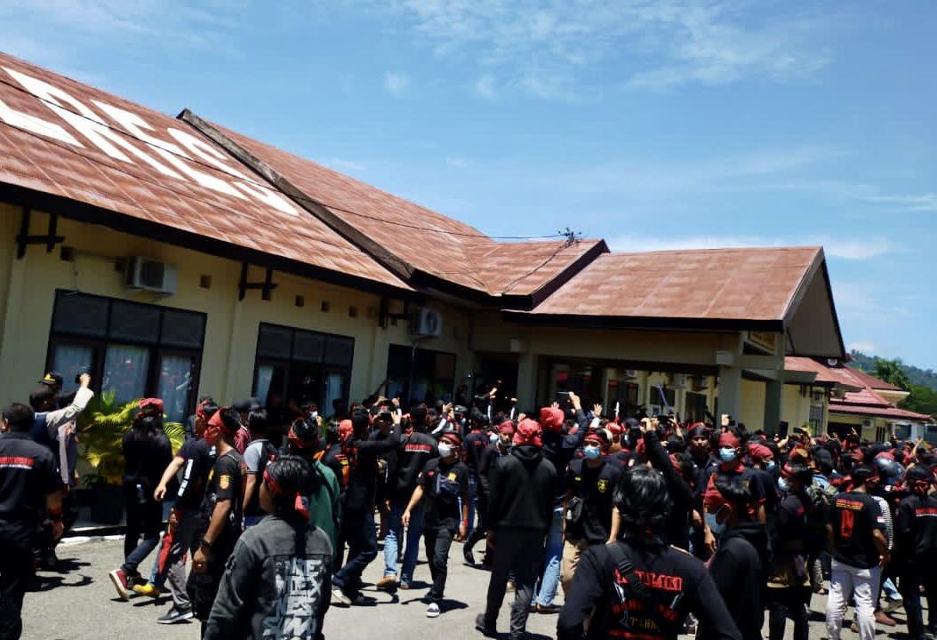Massa aksi Forum Pemuda Adat Tolaki Indonesia (Fordati) saat menggelar unjukrasa di halaman Mapolres Konawe.
