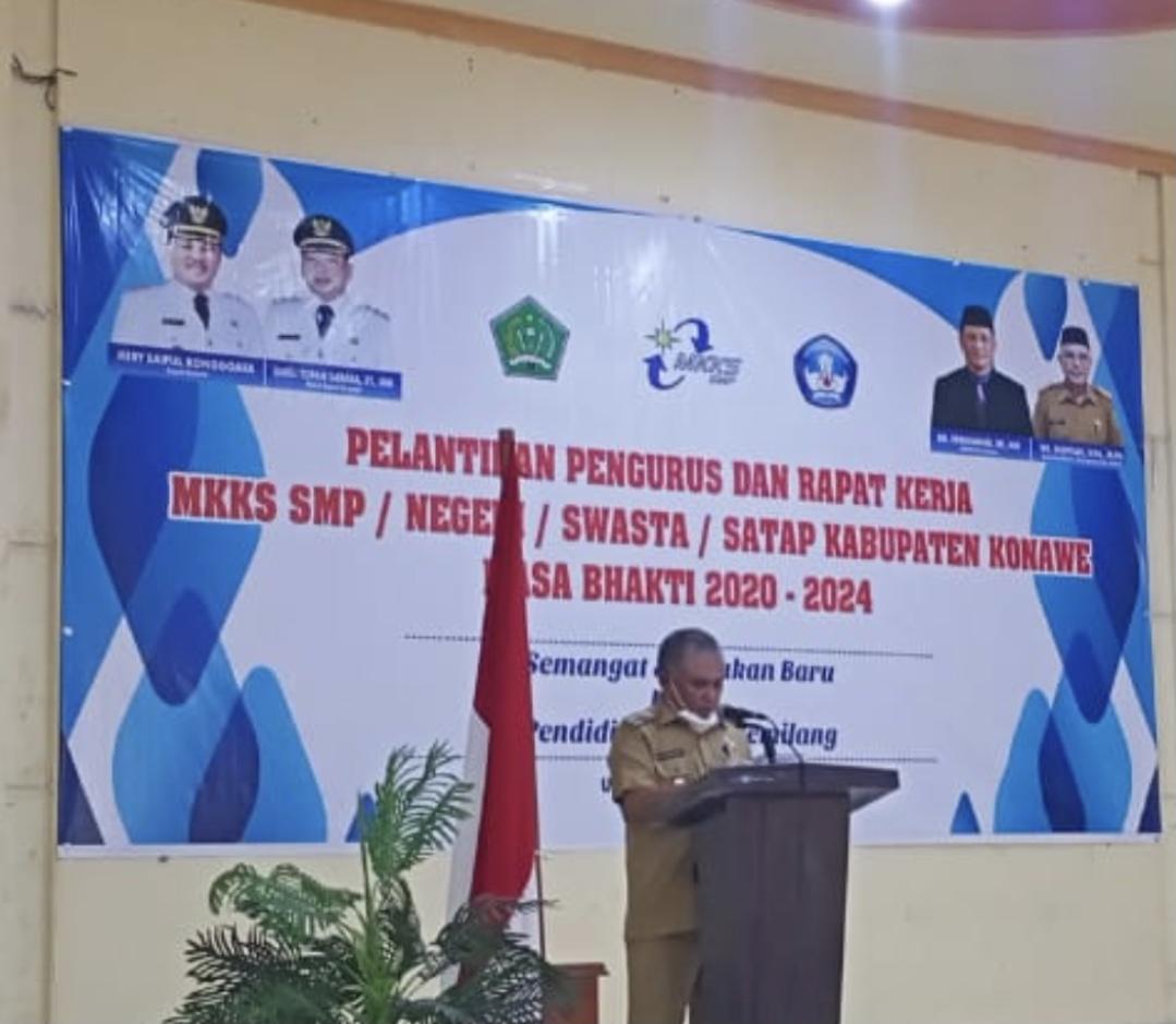 Bupati Konawe, Kery Saiful Konggoasa saat melantikan pengurus Musyawarah Kerja Kepala Sekolah (MKKS) untuk Sekolah Menengah Pertama (SMP) Negeri, dan Swasta se-Kabupaten Konawe.