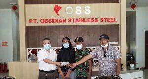 Kepala Department General Affair PT Obsidian Stainless Stell (OSS), Mr. Du Yi Shan (baju putih) saat menyerahkan santunan berupa logistik dan uang tunai ke korban kebaran di Kantor PT OSS.
