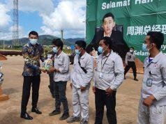 General Manager PT VDNI dan PT OSS, Tony Zhou Yuan saat menyerahkan parcel lebaran kepada karyawan.