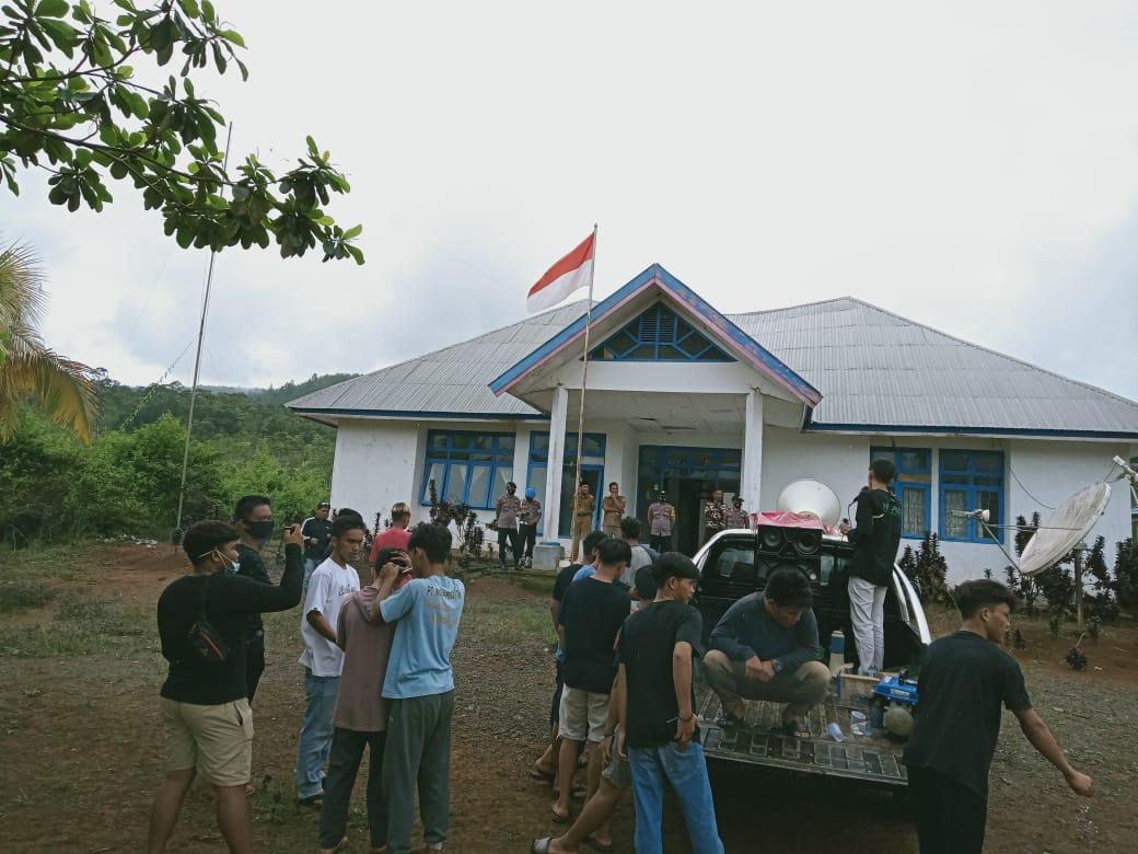 Himpunan Pemuda Pelajar Mahasiswa Routa (HIPPMAR) saat demonstrasi di depan kantor Camat Routa. (Ist)