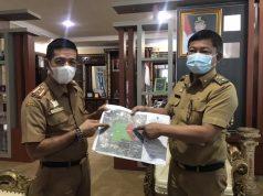 Wakil Bupati Konawe, Gusli Topan Sabara (kanan) didampingi Kabag Humas Pemda Konawe, Sukri Nur (kiri) memperlihatkan peta wilayah Konawe yang sudah diserobot kabupaten lain.