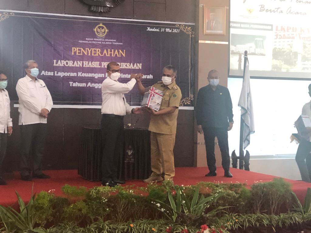 Bupati Konawe Kery Saiful Konggoasa saat menerima LHP LKPD Pemda Konawe TA 2020 yang diserahkan Kepala BPK RI Perwakilan Sultra, Andi Sonny, Senin (31/5/2021).